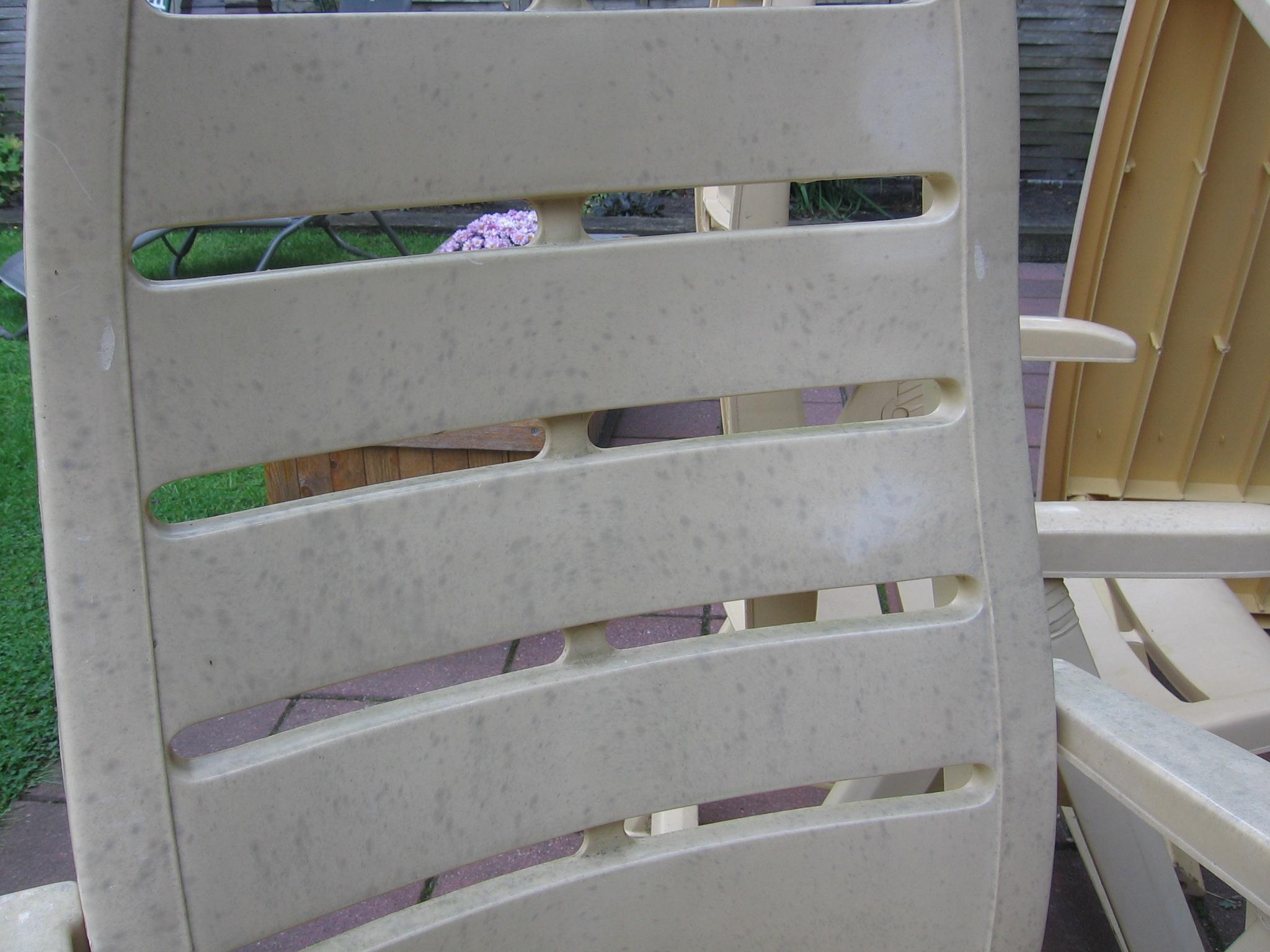 Zo krijg je je tuinmeubilair weer schoon for Witte plastic tuinstoelen